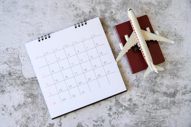 Vliegtuigmodel met papieren kalender. plan voor reis