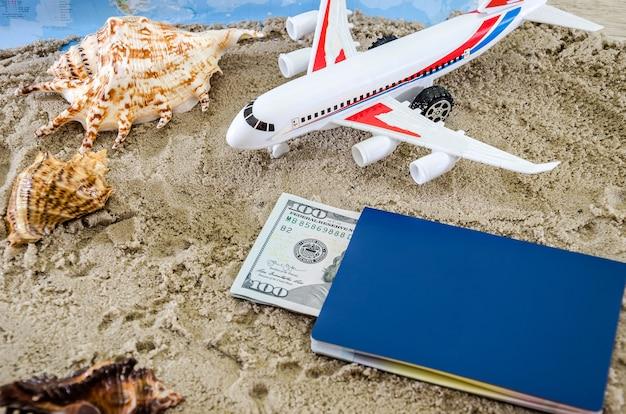Vliegtuigmodel met paspoort en dollars op kaartachtergrond