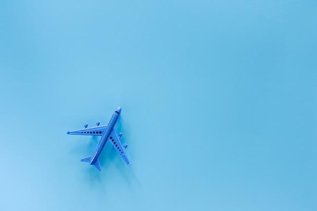 Vliegtuigmodel op blauwe achtergrond voor voertuig en vervoer