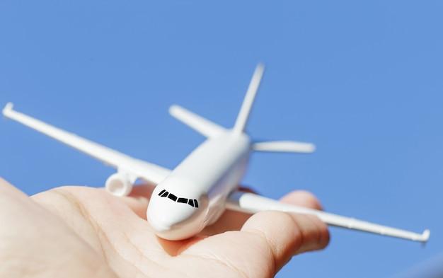 Vliegtuigmodel ter beschikking op zonnige hemel. concepten van reizen, transport