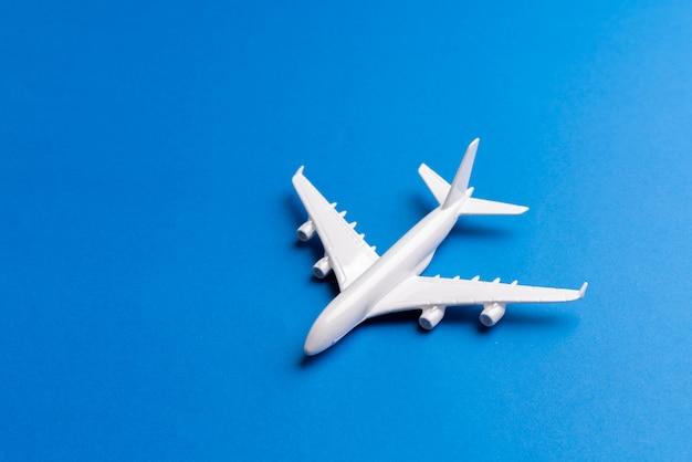 Vliegtuigmodel voor online ticket- en toerismeconcept