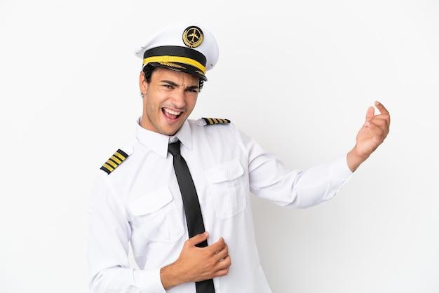 Vliegtuigpiloot over geïsoleerde witte achtergrond die gitaargebaar maakt
