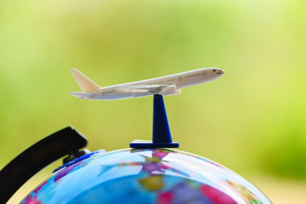 Vliegtuigreiziger's vlieg luchtvaartmaatschappijen wereldwijd met vliegtuig op wereldbol