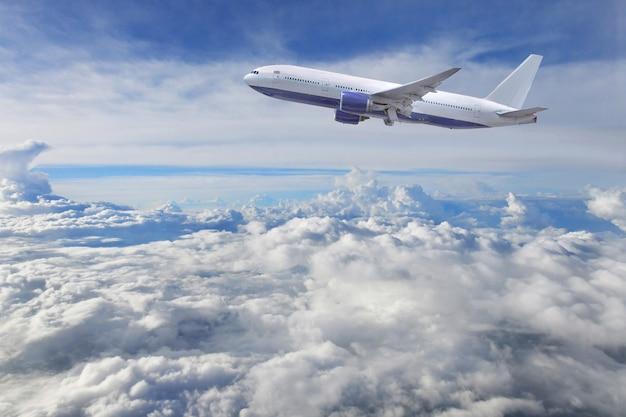 Vliegtuigstart op de blauwe hemel en wolkenachtergrond