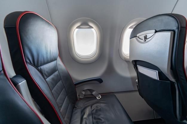 Vliegtuigstoelen en ramen. economy class comfortabele stoelen zonder passagiers. nieuwe goedkope luchtvaartmaatschappij