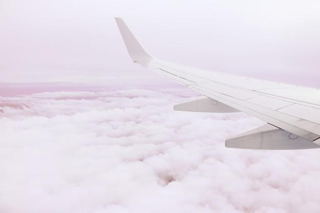 Vliegtuigvleugel boven de wolken
