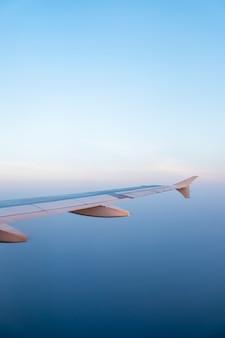 Vliegtuigvleugel en blauwe hemel