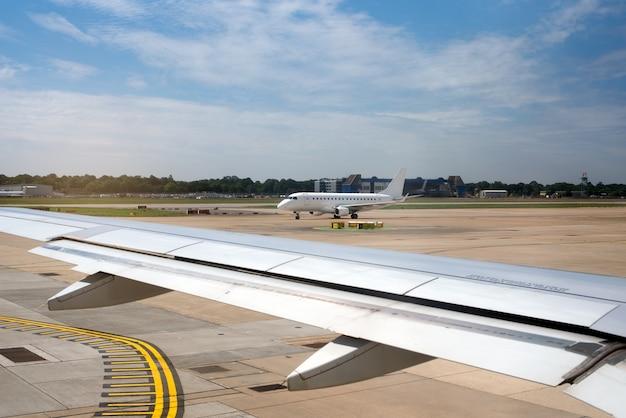 Vliegtuigvleugel in de baan