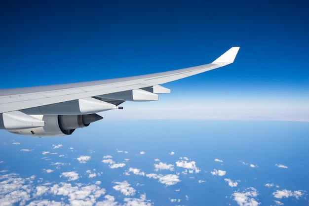 Vliegtuigvleugel tijdens de vlucht vanuit venster