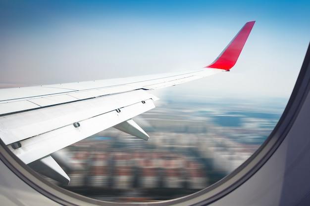 Vliegtuigvleugel uit raam