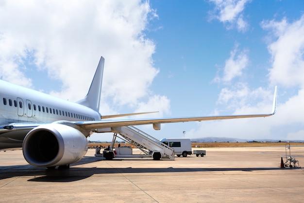 Vliegtuigvliegtuig in de luchthaven landde