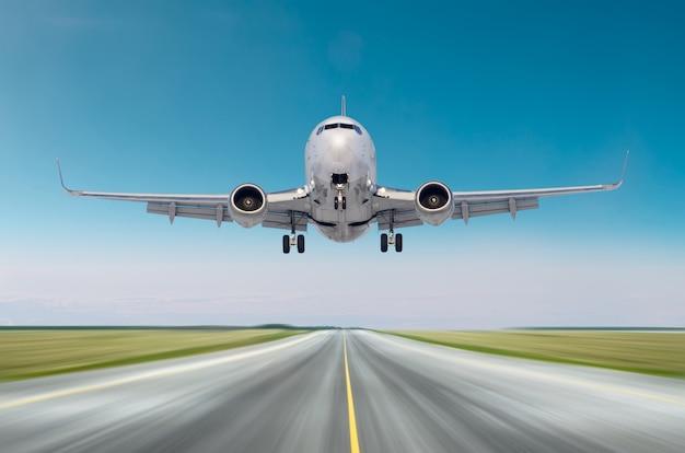 Vliegtuigvliegtuigen die vertrek na vlucht vliegen, landingssnelheidsmotie op een baan in de dag van de goed weer duidelijke hemel.