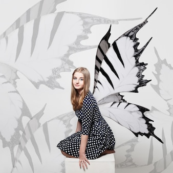 Vlinder meisje achtergrond. mooi meisje en vlindervleugels