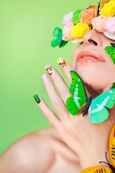 Vlinders op de nagels en decoratieve rozetten op de ogen van de vrouw