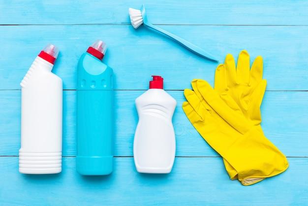 Vloeibaar reinigingsmiddel. en schoonmaaksponzen met rubberen handschoenen.
