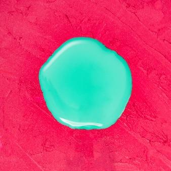 Vloeibare nagellak op een rode lippenstiftruimte
