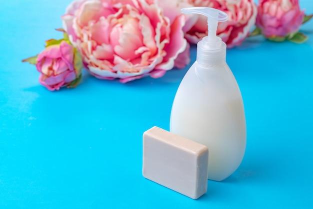 Vloeibare zeep in duidelijke fles op kleurenachtergrond