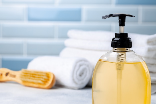 Vloeibare zeep of bodylotion in de badkamer van het hotel
