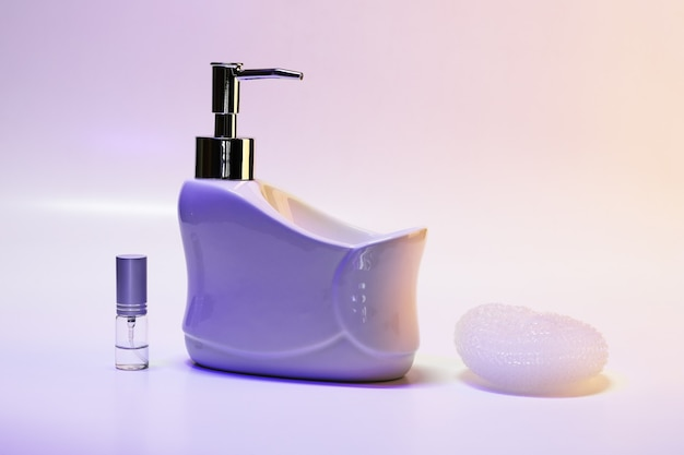 Vloeibare zeepdispenser met spons en spuitbus