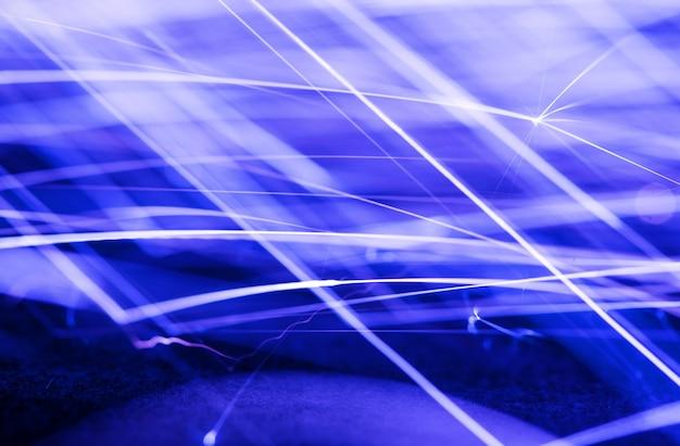 Vloeiende vonken, foto met een lange sluitertijd, blauw getinte abstracte achtergrond