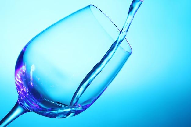 Vloeistof stroomt in het glas
