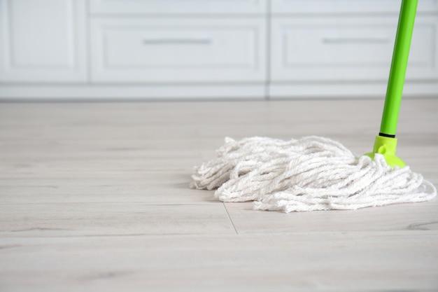 Vloer dweilen in keuken