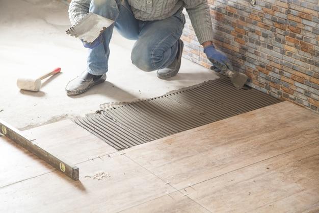 Vloer keramische tegels leggen. renovatie van de vloer