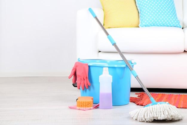 Vloermop en emmer om in de kamer te wassen
