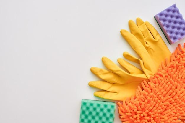 Vloerreinigingsgereedschap bezem en stoffer en andere items geïsoleerd