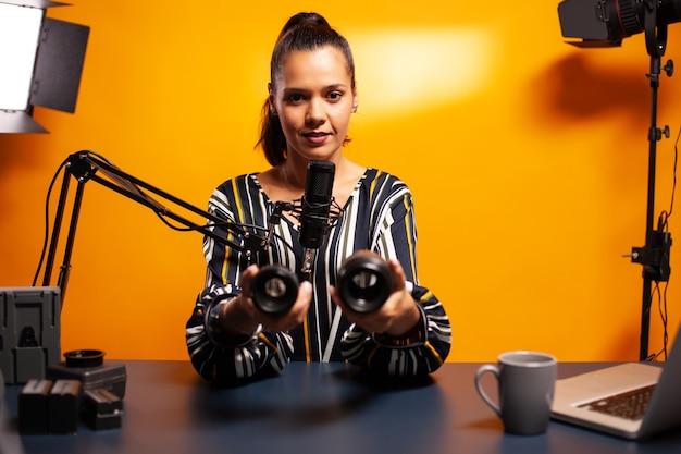 Vloger kijkt naar cameralens tijdens het opnemen van podcast