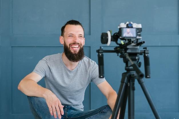 Vloggen. freelance blogger die video op camera maakt