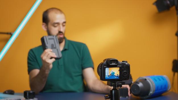 Vlogger-opnamebeoordeling van professionele accumulatoren voor uitrusting van videografen. moderne technologie van het v-lock-type, online distributie van sterbeïnvloeders op sociale media