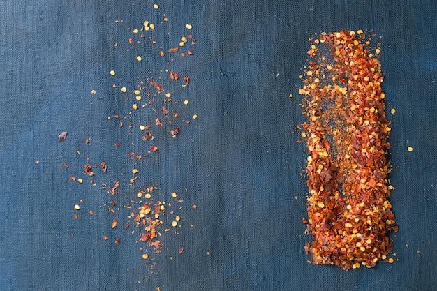 Vlokken van roodgloeiende spaanse pepers