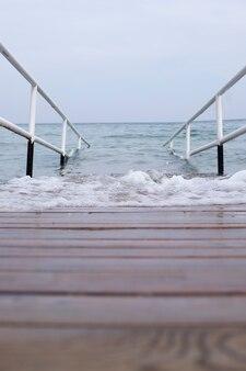 Vlotte instap in het water, leuningen en houten ponton