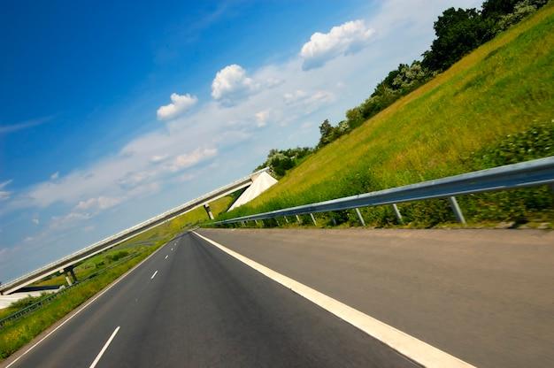 Vlotte snelweg omgeven door prachtige zomerse natuur