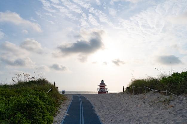 Vlotte weg over duinen naar south beach van miami city in florida, usa.