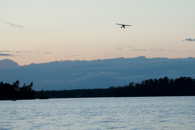 Vlottervliegtuig in de lucht over lake of the woods, ontario