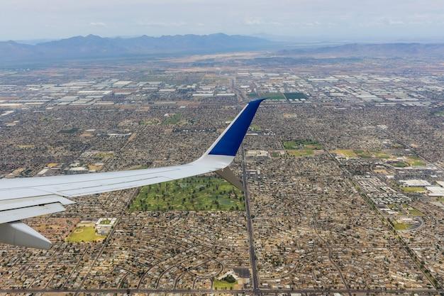 Vlucht in een vliegtuig boven het centrum van phoenix, arizona us