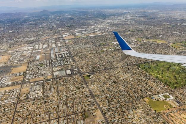 Vlucht in een vliegtuig boven het centrum van phoenix, arizona