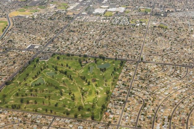 Vlucht in een vliegtuig over een mix van residentiële industriële stad phoenix, arizona us