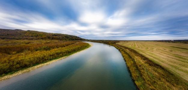 Vlucht over herfst bergrivier, kleurrijke bladeren en stroom striy in carpatian bergen Premium Foto