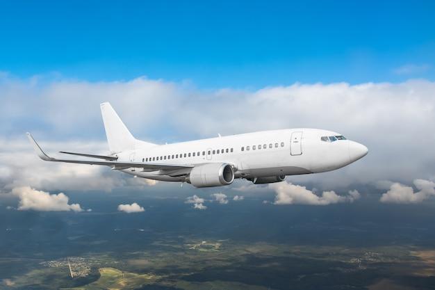Vlucht van commerciële vliegtuigen wint hoogte in de bewolkte hemel overdag.