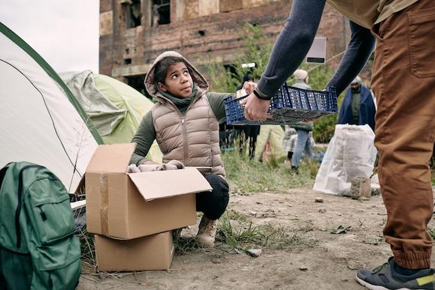 Vluchtelingen verzamelen voedsel voor het avondeten
