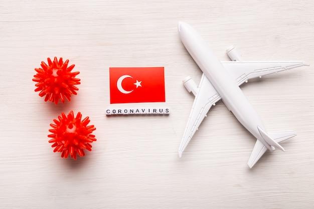 Vluchtverbod en gesloten grenzen voor toeristen en reizigers met coronavirus covid-19. vliegtuig en vlag van turkije op een witte achtergrond. coronapandemie.