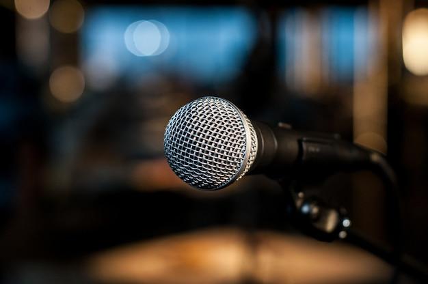 Vocale microfoon op de achtergrond van kleurrijk licht
