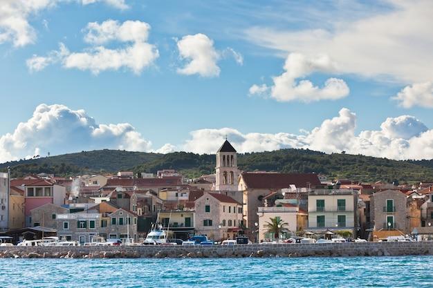 Vodice is een klein historisch stadje aan de adriatische kust in kroatië