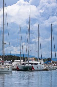 Vodice, kroatië uitzicht op de jachthaven. verticaal bewolkt schot