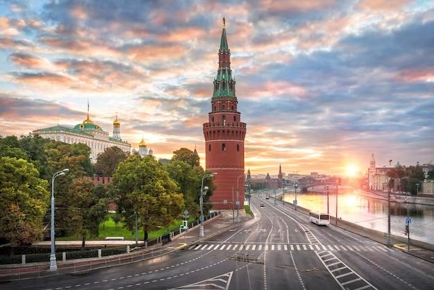 Vodovzvodnaya en andere torens en tempels van het kremlin in moskou