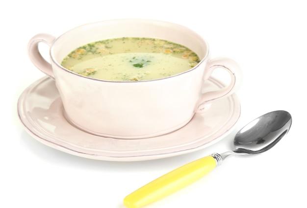 Voedende soep met groenten in de pan op wit