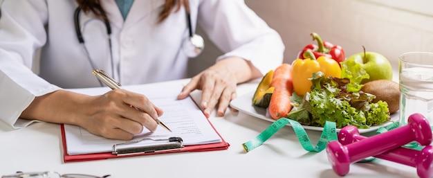 Voedingsdeskundige die een patiënt raadpleegt